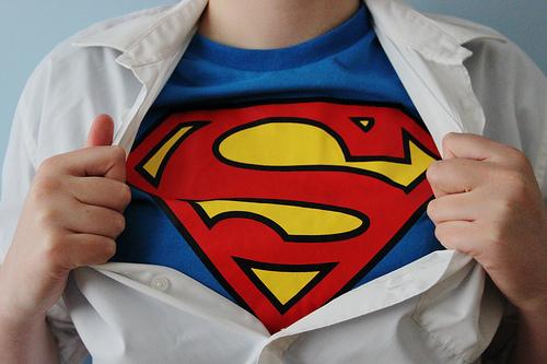 футболки с логотипами супергероев